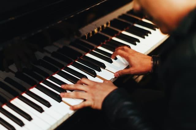 Hände unabhängig bewegen? Worauf es wirklich ankommt – KlavierKranich
